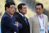 日本の練習に訪れた(左から)山本浩二さん、原辰徳さん、槙原寛己さん=米カリフォルニア州ロサンゼルスのドジャースタジアムで2017年3月20日、久保玲撮影