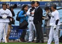 練習に訪れた原辰徳さん(中央右)と談笑する小久保監督(中央左)。左端は青木=米カリフォルニア州ロサンゼルスのドジャースタジアムで2017年3月20日、久保玲撮影