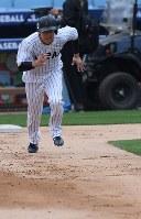 走塁練習をする山田=米カリフォルニア州ロサンゼルスのドジャースタジアムで2017年3月20日、久保玲撮影
