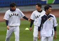 練習中、談笑する菅野(左)と牧田。右手前は藤浪=米カリフォルニア州ロサンゼルスのドジャースタジアムで2017年3月20日、久保玲撮影