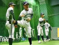 室内練習場で体をほぐす札幌第一の選手たち=阪神甲子園球場で2017年3月21日、三浦博之撮影