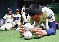 室内練習場で集中力を高めるトレーニングをする創志学園の選手たち=阪神甲子園球場で2017年3月21日、宮間俊樹撮影