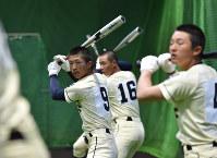 室内練習場で素振りをする創志学園の選手たち=阪神甲子園球場で2017年3月21日、宮間俊樹撮影