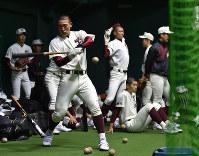 室内練習場でトスバッティングをする福岡大大濠の選手たち=阪神甲子園球場で2017年3月21日、三浦博之撮影