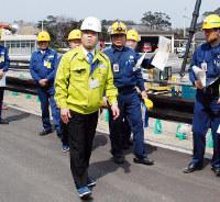 緊急時対策所の建設予定地付近を視察する滋賀県の三日月大造知事(中央手前)=福井県おおい町の関西電力大飯原発で、高橋一隆撮影