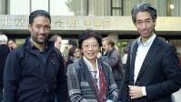 ヴィルフリート・和樹・ヘーデンボルクさん(左)、戸田悦子・ヘーデンボルクさん(中)、ベルンハルト・直樹・ヘーデンボルクさん=榊原崇弘撮影