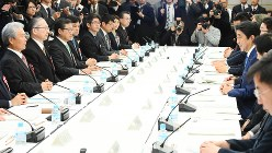 働き方改革実現会議で発言する安倍晋三首相(右列中央)=2017年3月17日、川田雅浩撮影