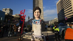 朴槿恵前大統領を模した人形=ソウル中心部の大通りで2016年12月10日、堀山明子撮影
