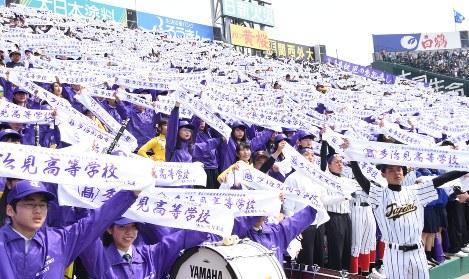 タオルを掲げて声援を送る多治見高応援団。三塁側アルプススタンドには地元から約4000人が駆けつけた=兵庫県西宮市の阪神甲子園球場で20日