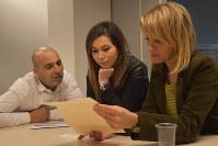 保障に関する書類に目を通すラフラリさん(左)とルブナさん(中央)、アッダさん=ブリュッセルで2017年3月17日午後2時28分、八田浩輔撮影