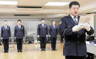 特別出向者を代表して答辞を述べる池田一彦巡査部長(右)=盛岡市内丸の県警本部で