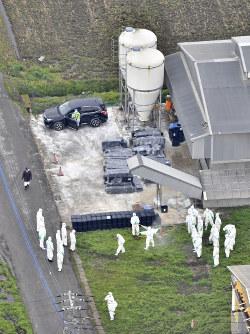 高病原性鳥インフルエンザウイルス感染が確認され、殺処分が進められる養鶏場=千葉県旭市で2017年3月24日午前9時31分、本社ヘリから