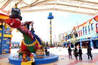 ゲートをくぐると、レゴブロックでできた巨大な恐竜など約1万体の人形が出迎えるレゴランド・ジャパン=名古屋市港区で