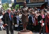 さくらの銅像が完成し、笑顔を見せる倍賞千恵子さん(右)と山田洋次監督=東京都葛飾区柴又で2017年3月25日、佐々木順一撮影
