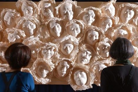 広島や長崎の被爆者らの顔をかたどって作られたマスクが並ぶ展示会場広島市中区で2017年3月24日、山田尚弘撮影