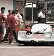 1984年、世界耐久選手権でポルシェ956と(一番左が野地さん)=静岡県の富士スピードウェイで