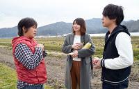 小林めぐみさん(左)の畑に集荷に訪れた武村幸奈さん(中央)と加藤諒さん=滋賀県近江八幡市で、中本泰代撮影