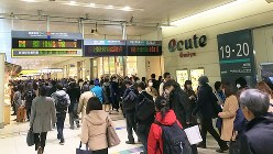 2005年に開業した大宮エキュート。多くの乗客が行き交う改札内通路の左右に店舗がある=2017年3月24日、田中学撮影