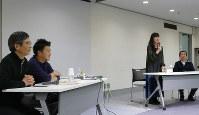 参加者の動画作品を講評する「毎日女性会議」講師の(左から)下村健一さん、堀潤さん、安田菜津紀さん、小川一取締役=千代田区一ツ橋1の毎日ホールで