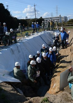 「H断層系」のトレンチの壁面を調べる原子力規制委委員ら=御前崎市で