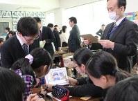グループで物流クイズを解く児童ら=千葉大学教育学部付属小学校で