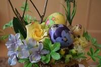 アクリル絵の具とデコパージュで飾り付けたイースターエッグ。100円ショップで買える造花やかごに飾り付ければさらに華やかに