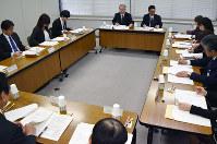 新しい基本方針について検討する「富山県いじめ防止対策推進委員会」=富山県庁で、青山郁子撮影