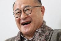 インタビューに答える角野卓造さん=東京都新宿区で2017年3月6日、小出洋平撮影