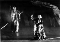 ベルリン国立歌劇場来日公演「ニーベルングの指環」の序夜「ラインの黄金」=神奈川県民ホールで2002年1月、撮影・林喜代種氏