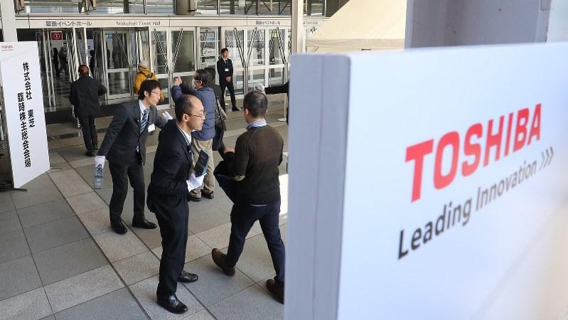 手荷物検査を受けて臨時株主総会に向かう東芝の株主ら=2017年3月30日、長谷川直亮撮影