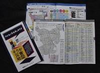 草加市が新たに発刊した「ハザードマップ」。手前の見開きページが「医療機関トリアージレベル一覧」