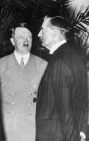 1938年9月29日、ミュンヘン会議で顔を合わせたチェンバレン英首相(右)とヒトラー
