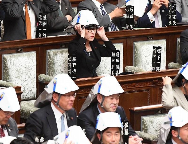 衆院:議場に防災ヘルメット 議...