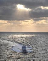 北朝鮮が発射した弾道ミサイルの落下地点付近の海域を航行する海上保安庁の巡視船=秋田県男鹿半島の西約270キロの日本海上で2017年3月6日午後5時7分、本社機「希望」から