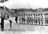 満員の観衆が見守る中、優勝旗を授与される和歌山中の選手たち=甲子園球場で