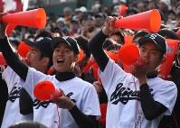 不来方戦でアルプススタンドから声援を送る静高の選手ら=兵庫県西宮市の阪神甲子園球場で