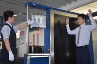 ボディースキャナーのデモンストレーション。異物があるとモニターで場所が表示される=成田空港で