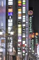現在の銀座の夜景。第二次世界大戦末期、安吾が銀座のビル屋上で爆撃機の編隊を見上げたとの記述が『堕落論』にある=東京都中央区で、根岸基弘撮影