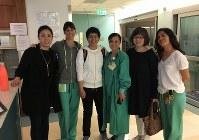 4年半ぶりの再会を喜ぶ病院のスタッフらと記念撮影する柳恵子さん(左から3人目)と母公子さん(右から2人目)=2017年3月10日、家族提供