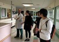 看護師(左端)から入院当時の話を聞く柳恵子さん(手前)=2017年3月10日、家族提供