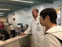ICUの担当医から入院当時の話を聞く柳恵子さん=2017年3月10日、家族提供