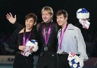 「メダル・ウィナーズ・オープン」の表彰式で笑顔を見せる(左から)2位の織田信成、優勝したプルシェンコ、3位のバトル=東京・代々木第1体育館で2015年1月16日、小出洋平撮影