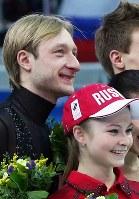 ソチ五輪フィギュアスケート団体で優勝し記念撮影で並ぶロシアのプルシェンコ(左)とリプニツカヤ=ロシア・ソチのアイスベルク・パレスで2014年2月9日、山本晋撮影