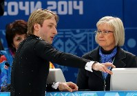 ソチ五輪のフィギュアスケート男子SPの演技を前に審判に棄権することを伝えるエフゲニー・プルシェンコ=ロシア・ソチのアイスベルク・パレスで2014年2月13日、貝塚太一撮影