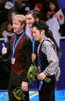 バンクーバー五輪フィギュアスケート男子の表彰後、記念撮影に応じる(左から)銀メダルのプルシェンコ、金メダルのライサチェク、銅メダルの高橋大輔=パシフィックコロシアムで2010年2月18日、須賀川理撮影