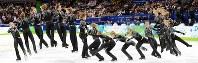 バンクーバー五輪フィギュアスケート男子SPで、(左から)4回転、3回転の連続ジャンプを決めるロシアのエフゲニー・プルシェンコの合成写真=パシフィックコロシアムで2010年2月16日、須賀川理撮影