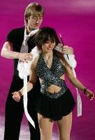 「フィギュアスケート シアター・オン・アイス」で安藤美姫選手(手前)にショールをかけるエフゲニー・プルシェンコ選手=東京都江東区の有明コロシアムで2006年3月4日、森田剛史撮影