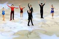 トリノ五輪グランドフィナーレでスタンドに向かって手を振るプルシェンコ(手前)や荒川(右端)らフィギュア選手たち=パラベラ競技場で2006年2月24日、岩下幸一郎撮影