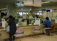 住民登録を行う市民課の窓口。米軍関係者は住民登録の義務はない=三沢市役所で