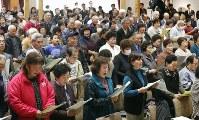 飯舘村で開かれた避難指示解除を祝う式典で、「故郷」を合唱する村民ら